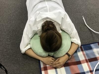 うつぶせで寝るときに穴の部分に顔をうずめると、頭が固定されて落ち着く。この姿勢で寝ている姿は、はたから見るとまるで死体のようかもしれないが……