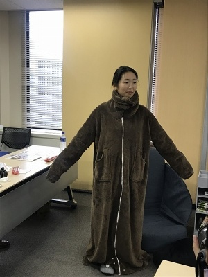 「動き回れる着る毛布」(3990円)。ココア、ビスケットの2色