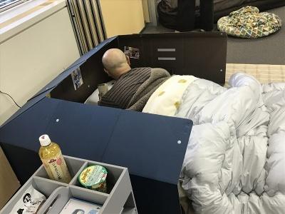 「寝室がまるで基地になるクラフト製パーテーション」(2990円)。布団の周りにさっと広げるだけで自分だけのプライベート空間が完成する。ダンボール製で、使わないときは折りたたんでコンパクトに収納可能。別売りの着脱式整理パーツもある