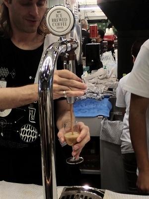 「アイスブリュードコーヒー」をサーバーからグラスに注いでいるところ。このサーバーがあれば、アイスブリュードコーヒーを提供できるわけだ