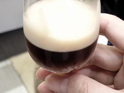 試飲用のアイスブリュードコーヒー。きめ細かい泡がポイント。ミルクも砂糖もなしで、軟らかい口当たりと甘さが感じられる