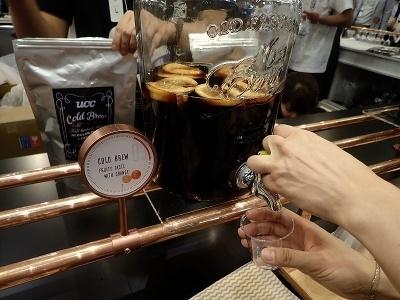 UCC上島珈琲の水出しコーヒー用コーヒーバッグ「コールドブリュー」で入れたコーヒーにオレンジを浮かせたもの。ほどよい甘味と酸味がスッキリしたコーヒーの風味を引き立たせる
