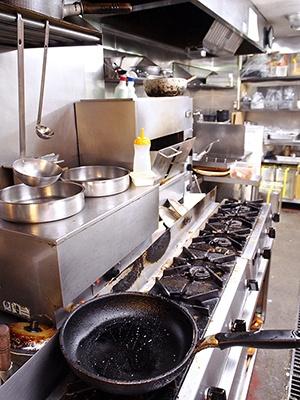 パート・アルバイトスタッフが効率良く調理できるように、キッチンの内部もシンプルにシステム化されている