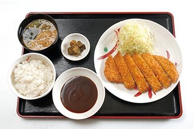 「ジャンボトンカツ定食」(650円)はボリューム満点