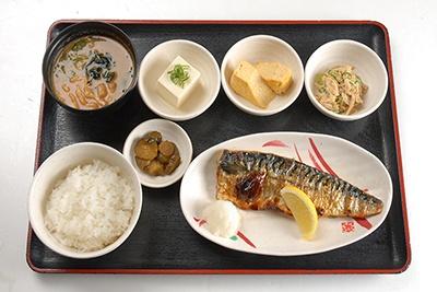 「塩サバと玉子焼の定食」(650円)は人気メニューのひとつ