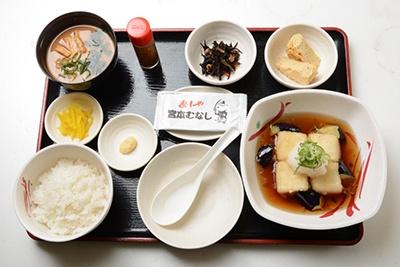 「揚げ出し豆腐と玉子焼の定食」(650円)は期間限定メニュー