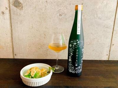 バーでは同社が醸造委託をしている酒蔵のある山形県庄内地方の食材を使用。写真は「シャインマスカットの白和え」(写真左、600円)と「ボタニカルSAKE/FONIA TERRA~大地~」(写真右、グラス入り、950円)