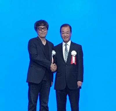 クリエイティブディレクターのサトー克也氏(左)と、高橋書店の高橋秀雄社長