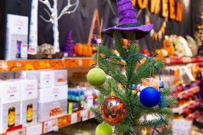 オレンジ色のカボチャの飾りは、それだけでツリーをハロウィーンっぽくする