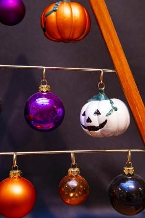 鉄板のカボチャのほか、オレンジや紫色のボールを飾るとハロウィーン仕様