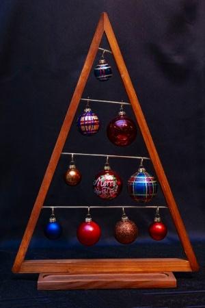 同じ木製の小さなツリー(商品名「オーナメントツリー ウッドトライアングル」)だが、ボール飾りをキラキラ系に替えるだけで、瞬く間にクリスマスバージョンに