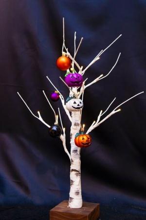 カボチャ飾りがキメるハロウィーン仕様の白樺ツリー