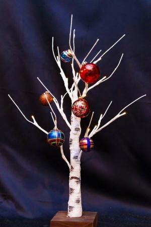 ボール飾りをキラキラに替えるだけでクリスマスな気分に早変わり!