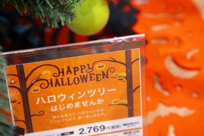 「ハロウィーンからクリスマスまで長い間、楽しめる」とアピールするハロウィーンツリーのPOP