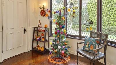 クリスマスツリーを中心にハロウィーングッズを飾り付けた部屋の例 (画像提供:ニトリ)