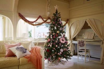ツリーを中心に部屋全体をクリスマスの雰囲気にコーディネートした例 (画像提供:ニトリ)
