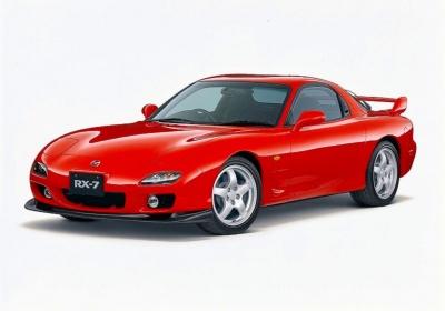 ロータリー専用車として一世を風靡したRX-7は、そのコンパクトなエンジンでは考えられないような低い伸びやかなスタイルだった