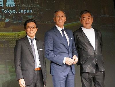 左から、スターバックス コーヒー ジャパンの水口貴文CEO、スターバックスのシュルツ会長兼CEO、建築家の隈研吾氏