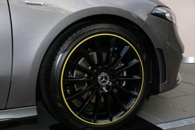 限定車「A 180 Edition1」に装着されるAMGデザインの19インチアルミホイール。カタログモデルの「A 180」と「A 180 Style」は、16インチのアルミホイールが標準となる