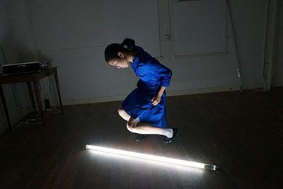 イベントではカンパニーデラシネラの崎山莉奈氏による幻想的なソロパフォーマンスが披露された。カンパニーデラシネラは新国立劇場や世界各国の演劇フェスティバルに出演し、その芸術性が高く評価されているパフォーマンス集団。『浅草九劇』のこけら落とし公演への出演も決定している