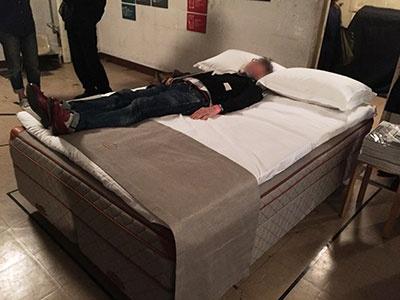 スウェーデン発の最高級ベッド「DUXIANA(デュ クシアーナ)」を展示。良質の鉄鉱石から取れる鉄として世界的に知られるスウェーデン鋼を用いたワイヤーで作るスプリングが最大の特徴。ダブルベッドに2人で寝て、片方が寝返りを打っても振動が伝わりにくいという