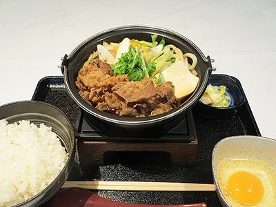 「牛すき鍋膳」(並盛りが650円、大盛り750円)