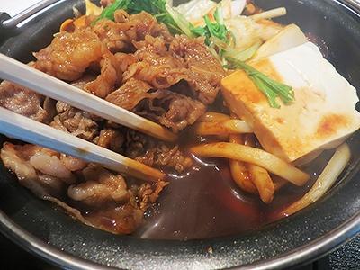 白菜、豆腐、ネギといった定番鍋食材とデミソースの組み合わせが斬新