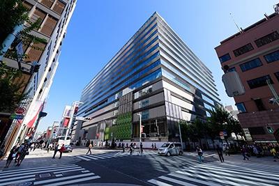 2017年4月20日にオープンする「ギンザ シックス」(中央区銀座6丁目10番1号)。延床面積は約14万8700平米。地下6階、地上13階建て。営業時間は物販・サービスが10時半~20時半、飲食が11時~23時半(※一部店舗により異なる)