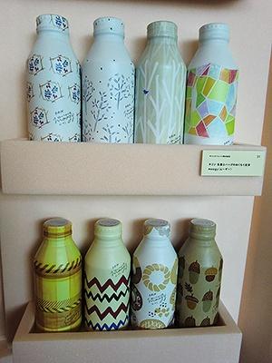 KIRINビバレッジ「moogy(ムーギー)」。焙煎大麦茶にショウガ、カモミール、レモングラスをプレンどしている。全16柄で、秋冬、春夏でパッケージ変更する。現在の絵柄は2016年8月から取り扱っている秋冬バージョン