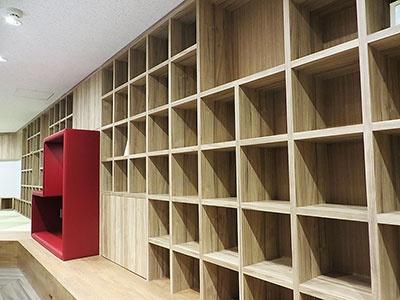 フロアの壁を埋め尽くすように設置された棚は全部で200~300程度のスペースがあるといい、ラボ参加者が自分のアイデアの基を置いていく場所だという