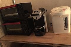 オーブンレンジや食器、湯沸かしポットなど、簡単な軽食が取れる設備がそろっている