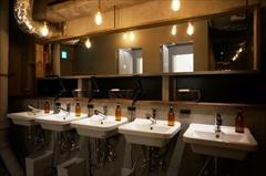 清潔感のある洗面スペース。背面にはシャワールームが3室ある