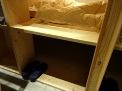 ベッドの下は空きスペースになっていて、荷物や靴を置けるようになっている