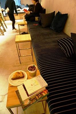 ゆったり座ってリラックスしながら本が読めるように置かれた、奥行きのあるソファ。飲食はソファのあるラウンジ限定でOK。同ビル内の飲食店で購入したピザも持ち込める
