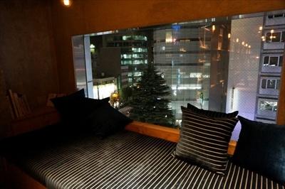 奥行きがあり、ゆったり座れるソファがあるラウンジ。13時から19時までは宿泊せずにこのスペースのみを利用する「デイタイム利用」も可能(1500円)。予約はできないが、空き状況はTwitterでチェックできる