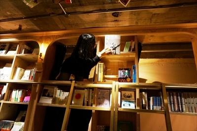BOOK SHELFタイプの部屋は、ベッドから手をのばせば本が取れる