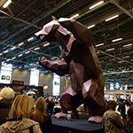 今年も、彫刻家Richard Orlinskiによるビッグなチョコレートの熊には人々の感嘆の声が上がっていた。チョコレートは「ル・ノートル」。サロン終了後には誰かが食べるのだろうか?