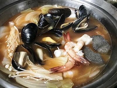 完熟トマトに香味野菜と三種の魚介、国内産カツオぶしのだしを合わせた「三種の魚介だし入り 香味ブイヤベース」。トマトベースなのに和風のだしが効いていて、お吸い物のようにあっさり食べやすい味だった。洋風鍋のしつこさが苦手な年配者にも好まれそう