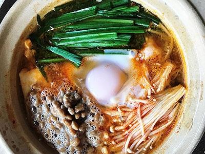 1人前に、100億個の乳酸菌を配合した「Plus鍋 スンドゥブチゲスープ」に納豆を入れることで、ダブル菌活鍋に