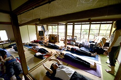 鎌倉市二階堂の築90年古民家で行われた、ヨガの体験イベント(スペースマーケット)