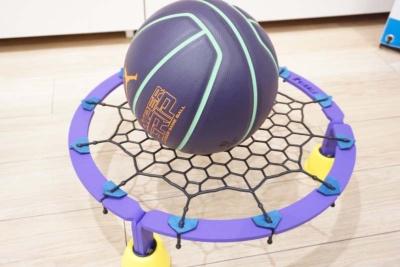 自宅で騒音を抑えてドリブルの自主練習ができるよう開発された用具「エアドリブル」(税込み2万4000円)。本体サイズは直径500mm、高さ130mm 重量4.25kg。本体はスチール、ネットはゴム、足クッションはウレタン。国際特許出願中