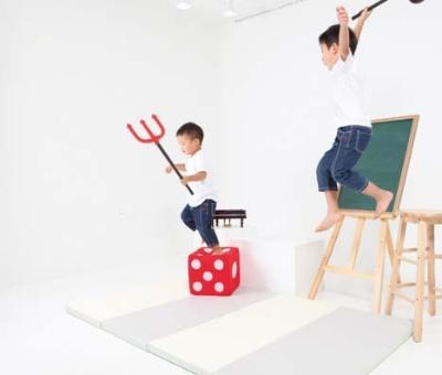 床への衝撃を分散・吸収し騒音を防ぐ子ども用プレーマット「ばんばんマット」(税込み1万3500円)。縦180cm×横100㎝×厚さ4cm、重量は2.4kg