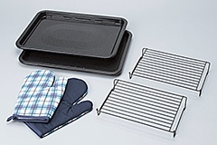 角皿や調理網、ミトンなどが付属する