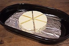 薫製用の網とアルミホイルを敷き、食材を載せる