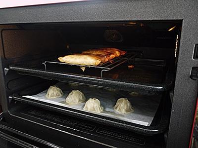 上下2段を使った「焼き・蒸し同時メニュー」もある。上段で春巻きを揚げ、下段で小籠包を蒸すといったことができる