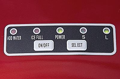 氷のサイズ選択や電源ボタンなど操作部はシンプル。氷が満杯になるとランプが点灯する