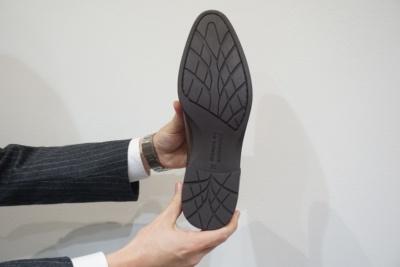 アウトソールはブリヂストンのタイヤ技術を採用。トレッドパターン(タイヤの接地面に刻んだ模様)技術とゴム配合技術により、湿潤路面でのグリップ力が約60%、乾燥路面でのグリップ力も約20%向上しているという