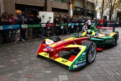 デモ走行するレーシングチーム「ABT・シェフラー・アウディ・スポーツ」の今期のマシン「ABTシェフラーFE02」