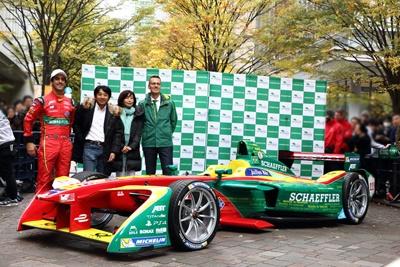 元F1ドライバーの片山右京氏(左から2人目)も登場し、モータージャーナリストの飯田裕子氏(右から2人目)と共にトークショーを行った