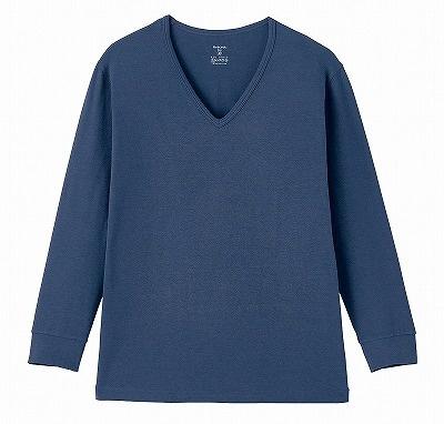 「あったかインナー・綿混Vネック長袖メンズ(ホットコット)」(917円)。カラーはアンティークネイビー。リブ袖になっており、風が入り込まない設計